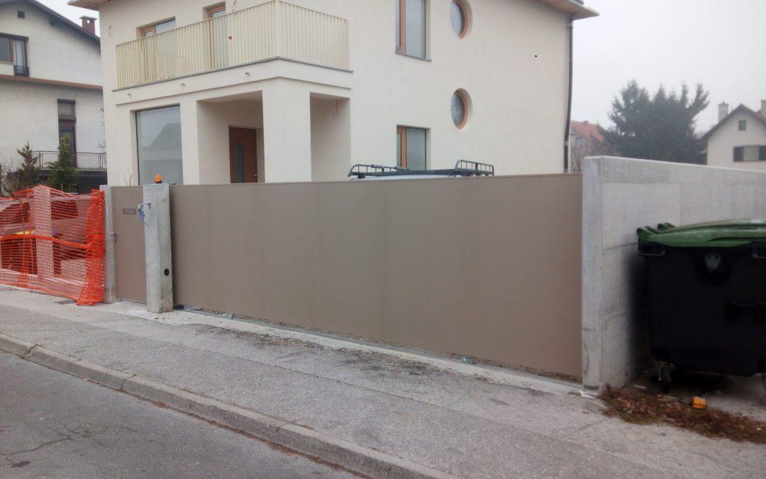 Montaža drsnih vrat s pogonom Dynamos in osebnega prehoda