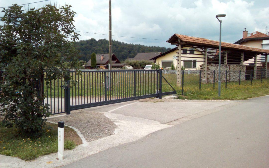 Montaža samonosnih vrat s pogonom Dynamos in osebnega prehoda