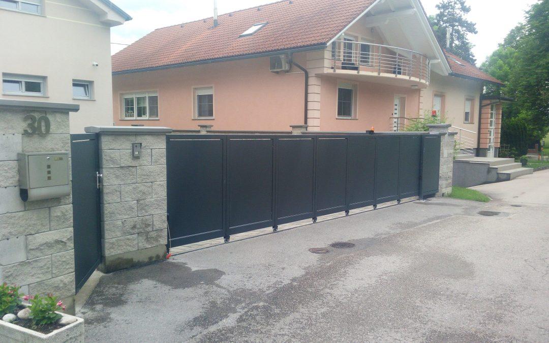 Montaža sekcijskih drsnih vrat v ovinek