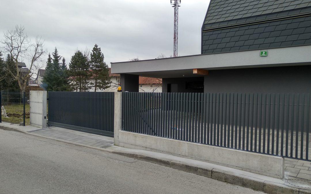 Montaža samonosnih vrat in ograjnih elementov.